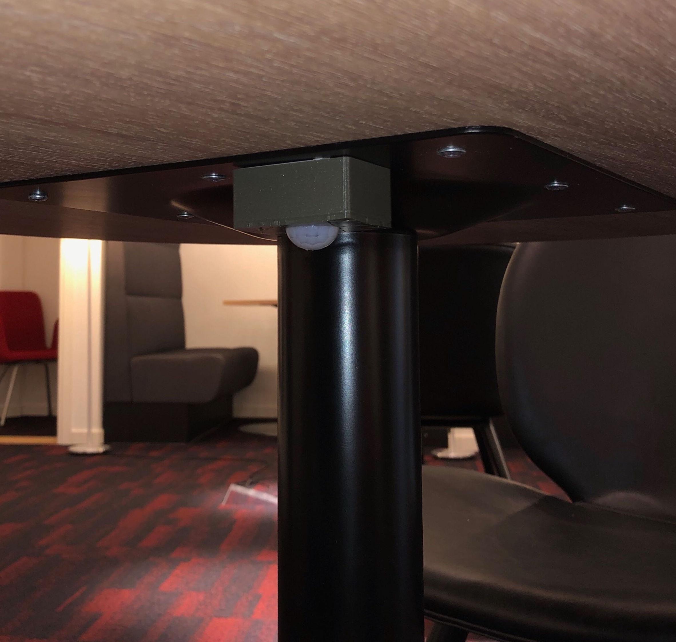 Capteur de présence de hot desk IoT sans fil attaché à un bureau