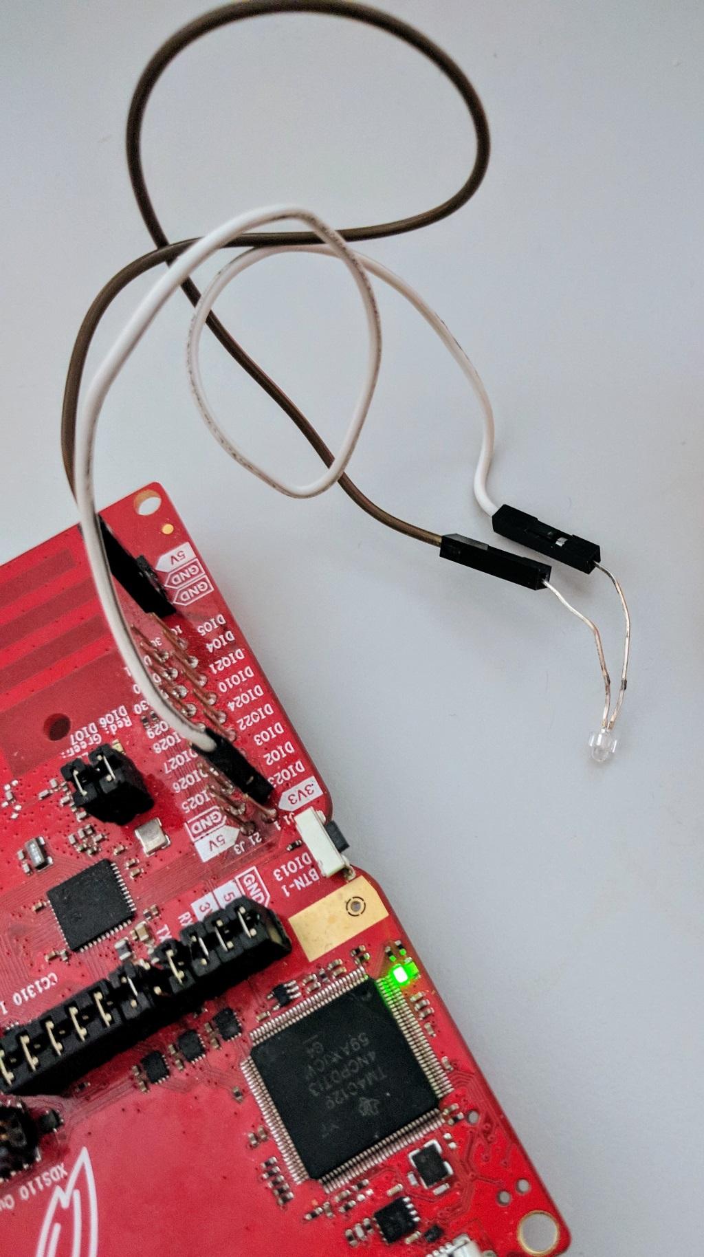 Une carte CC1310 / CC1350 Texas Instruments Launchpad contrôlant une LED